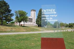 Le centre de la mémoire et l'église